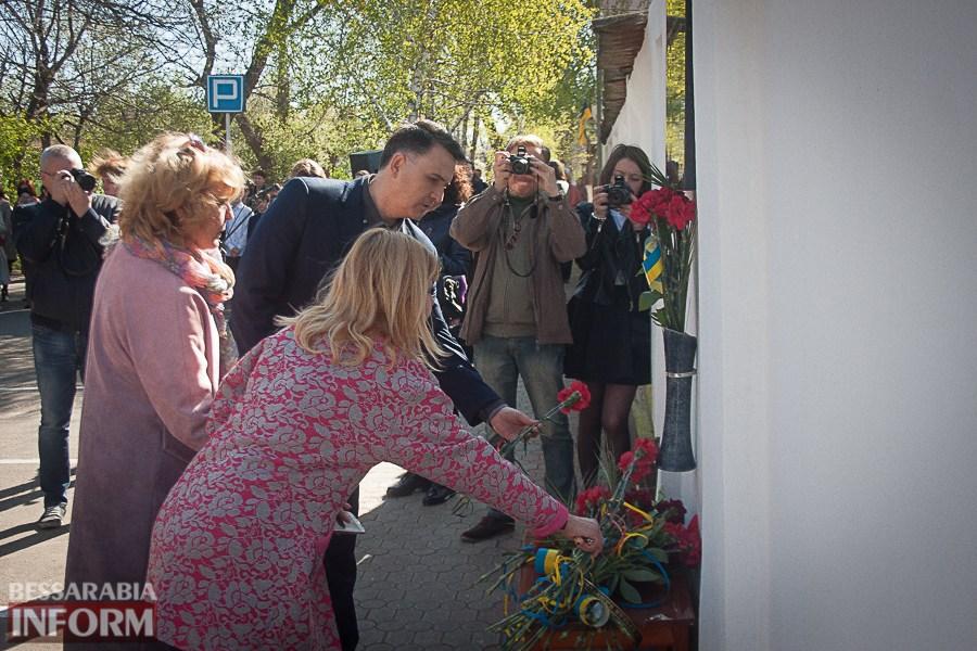 Церемонія покладання квітів до меморіальної дошки в знак пам'яті в'язнів фашистських концтаборів