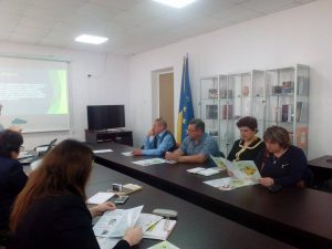 Наталя Костусева, директор ІВПУ КДАВТ, та  Ірина Димаренко, інженер з охорони праці ІВПУ КДАВ, розглядають проектні матеріали з енергозбереження