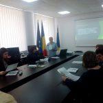 Наталя Свищ, заступник директора з ВР ІТМЕСГ, знайомиться з новими матеріалами з енергозбереження