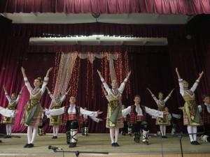 Учні школи танцюють болгарський танець