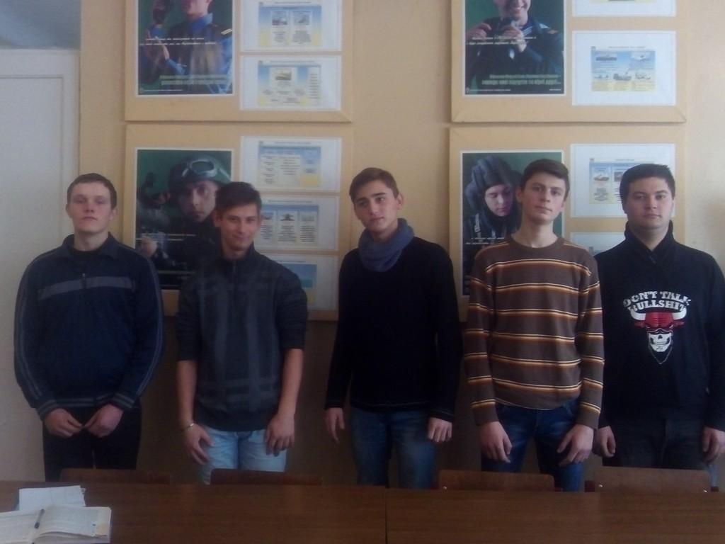 Учні групи №14 ІЦПТО після перегляду фільму про героїв Крут вшановують память загиблих