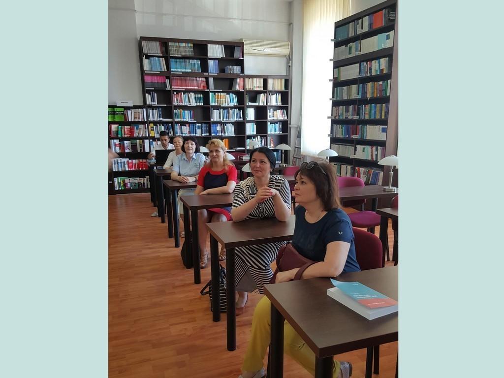 У читальному залі бібліотеки