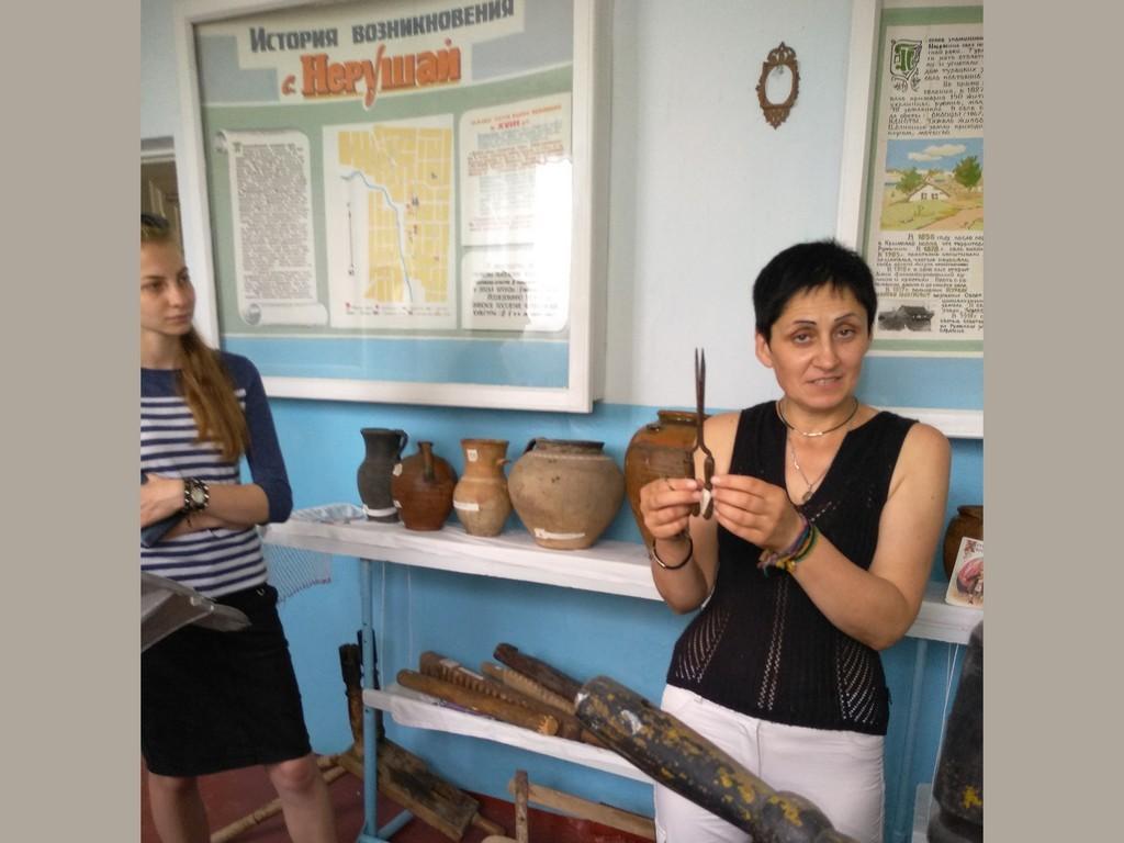 Вчитель історії Донда Жанна Дмитрівна демонструє експонати місцевого музею