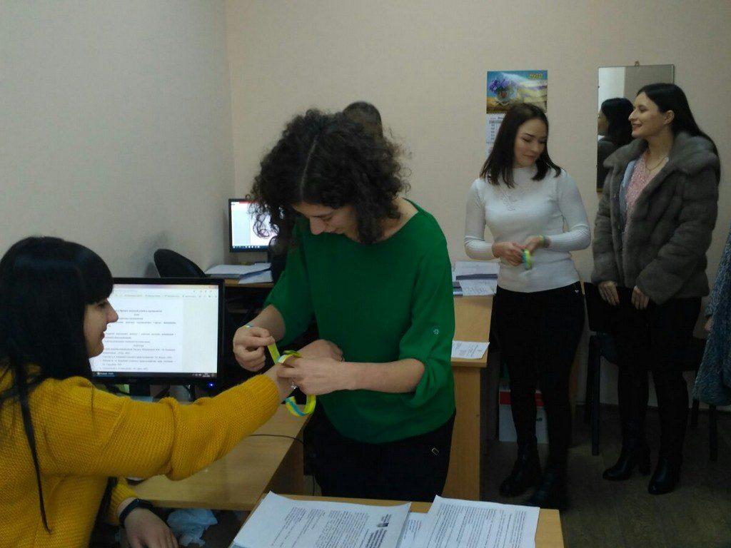 """Cтуденти провели акцію  """"В єдності сила"""" - працівникам університету одягали синьо-жовті браслетки, як символ єднання"""